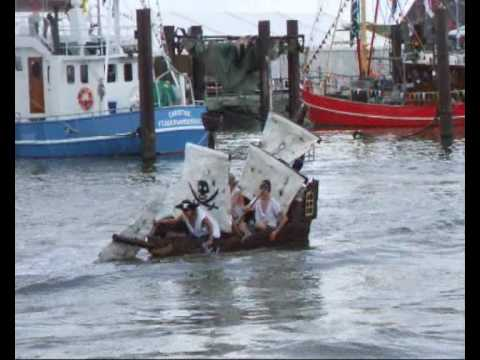 Jade-Weser-Zeitung - DLRG versenkt Piratenschiff - Haie