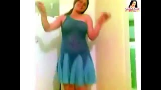 رقص منزلي بلبس شفاف و يشدها من صدرها