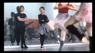 CMサイト 現在も活躍中の竹野内豊さんがダンスまで披露、シュールな中に...