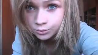 Красивая девушка мурлыкает :3