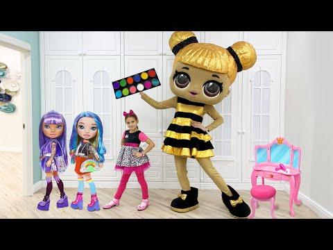 София играет с куклой LOL в салон красоты и с детской косметикой