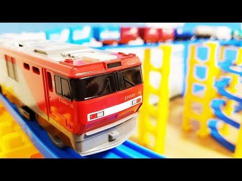 プラレール EH500金太郎にコンテナ車やタンク車パトカーや消防車を載せた貨車を連結して20両編成に! 洗車場や踏切を通過! タワーのコースでじこはおこるさ! hifumitoy