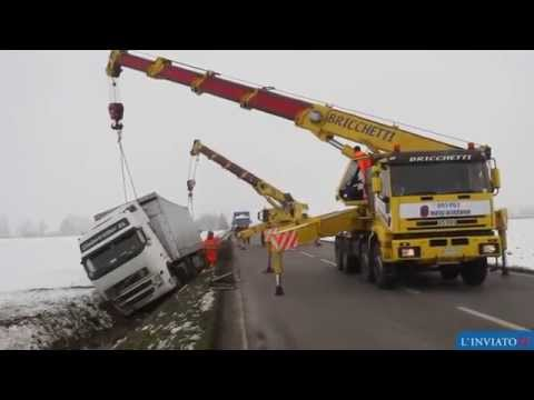 Работа автокранов по спасению тягача с полуприцепом