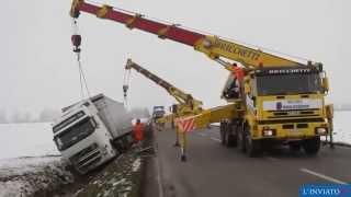 Работа автокранов по спасению тягача с полуприцепом(, 2014-11-26T18:01:09.000Z)