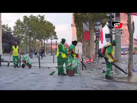 الفرنسيون ينظفون شوارع «باريس» عقب إنتهاء احتفالاتهم بـ«كأس العالم»