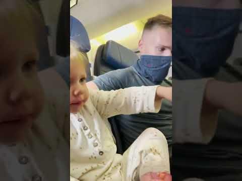 bajan a bebé de 2 años de un avión por no querer usar cubrebocas