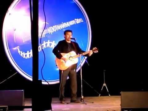 Аким Костанайской области поет под гитару