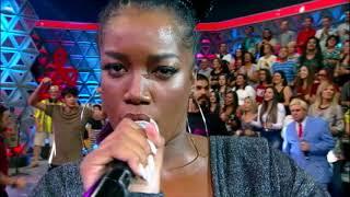Iza canta sucessos no palco do Programa da Sabrina