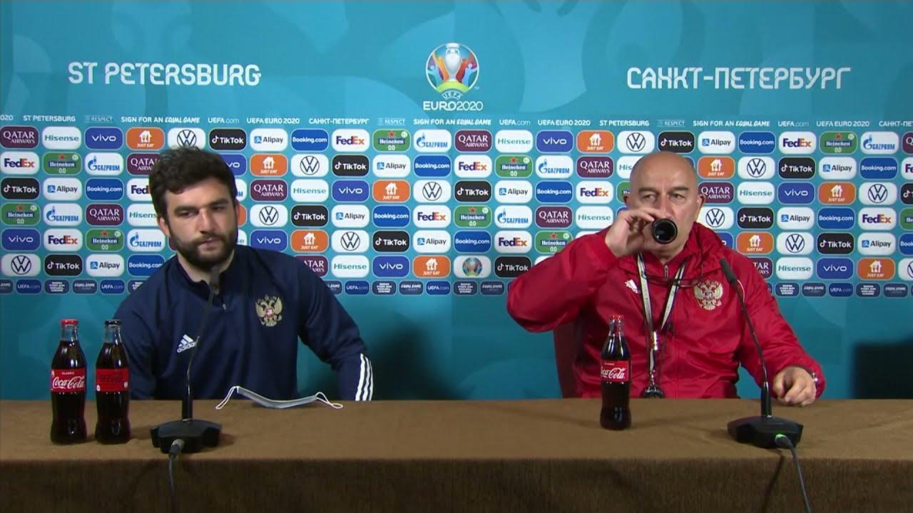 Черчесов открывает кока-колу другой бутылкой на пресс-конференции Евро-2020