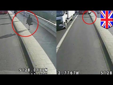Jogger shoves woman into path of oncoming bus on Putney Bridge, manhunt underway - TomoNews