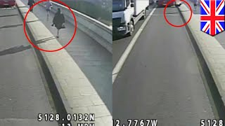 Jogger shoves woman into path of oncoming bus on Putney Bridge, manhunt underway   TomoNews