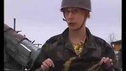 Tarja Halonen opastaa Joonas Hytöstä armeijaan
