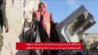 النظام يكثف غاراته على شرق حلب وآلاف المدنيين يفرون