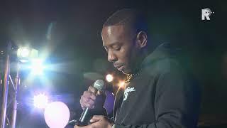 Winne sprak het publiek toe bij het eerbetoon aan rapper Feis