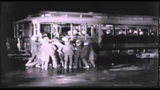 Charlie Chaplin esperando tranvía (Día de paga)