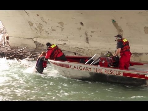 Aquatic team rescue 3 people from capsized rafts - Calgary 8/25/2013