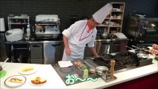 Foodで西洋料理とカフェを担当している難波先生が オムライスの調理を実...