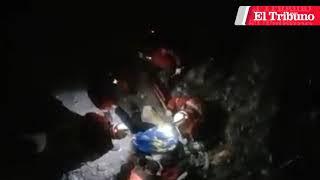 Un mujer que fue arrojada desde un puente está en estado grave