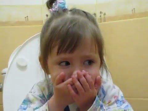 Ребенок зажигает на горшке.Полный ржач)))))))))))  Child lights on gorshke.Polny rzhach)))))))))))