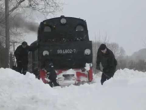 Schmalspurbahn fährt sich hinter Puttbus im Schnee fest