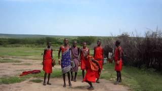 マサイ族の村にて。 跳躍力の凄さを披露してくれました。