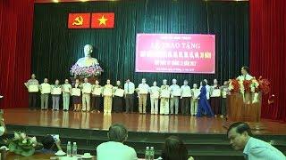 Tin Tức 24h  :TP Hồ Chí Minh trao Huy hiệu Đảng cho hơn 2.405 đảng viên tròn tuổi Đảng