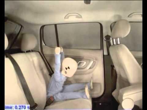 Ребенок без автокресла на заднем кресле автомобиля