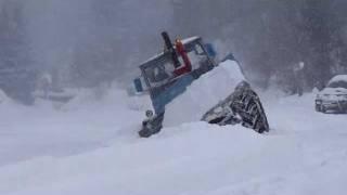Пилипець. Трактор возится в снегу.