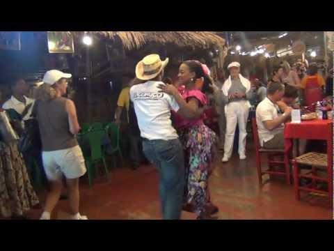Santo-Domingo (DR) Salsa Dancing at El Conuco (song is by Oscar D'Leon?)