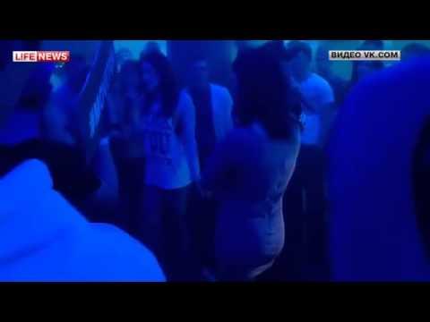 Девушка разделась в ночном клубе прощения