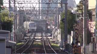 京王井の頭線1000系 カラフル電車の行き交う駅