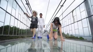 চীনের তৈরি কাঁচের ব্রীজ বিশ্বকে অবাক করে দিল।World highest and longest glass bridge in China