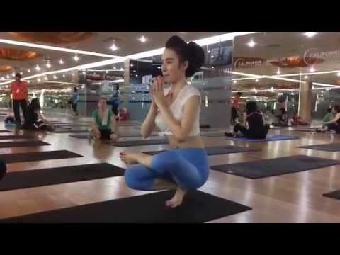 Angela Phương Trinh tập yoga
