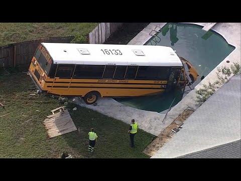 شاهد: حافلة مدرسية في فلوريدا تستحم في بركة سباحة منزلية …  - 19:54-2018 / 10 / 12