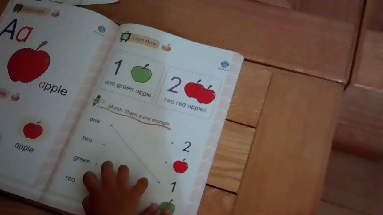 Bé mẫu giáo học sách tiếng anh lớp 1- tập đọc quả táo và mầu sắc  | Bé học tiếng anh