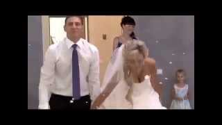 Молодая пара отлично станцевала свадебный танец