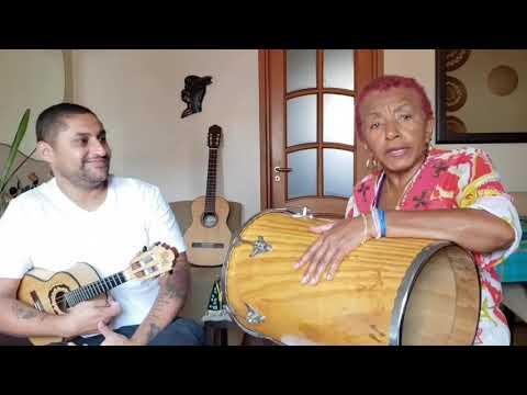 """Leci Brandão tocando Tantan, canta """"Perdoa""""."""