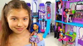 Polen Monster High okulunu tanıtıyor. Kız oyuncakları