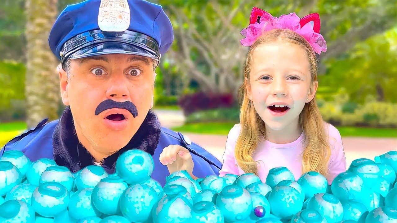 Nastya giả vờ chơi cảnh sát rượt đuổi và học các quy tắc an toàn