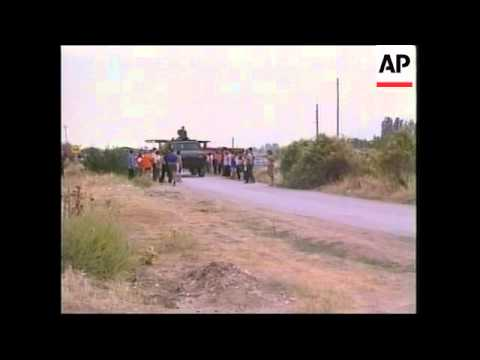 Angry Macedonians block road to protest displaced persons