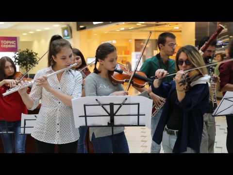 Флешмоб в торговом центре Казани в поддержку Фестиваля духовых оркестров Фанфары Казани