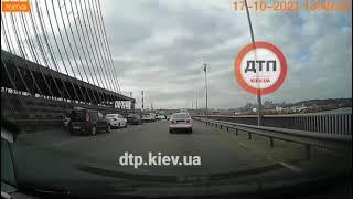 Видео момента #ДТП Киев южный мост: невнимательный водитель отвлёкся от управления.  без трупов