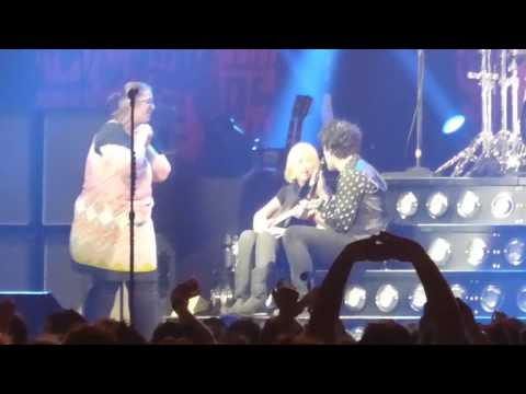 Green Day - Knowledge (Disabled Fan On Stage) Live At The O2 2017