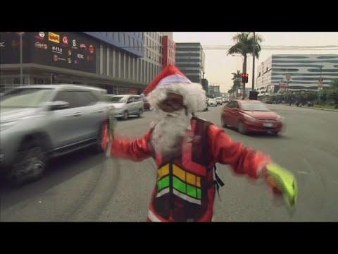 بابا نويل ينظم المرور بالرقص في الفلبين