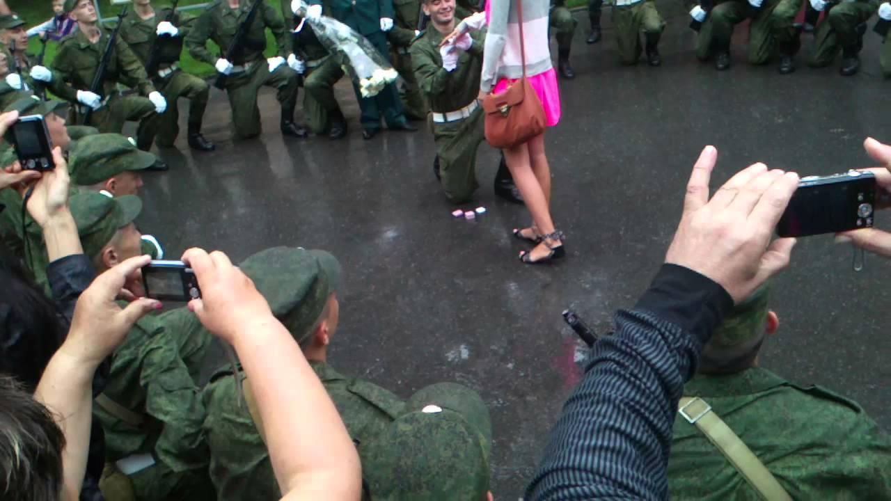 Девушка делает предложение девушке фото