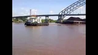 Video Amatir !! Detik-Detik Tongkang Batubara Tabrak Penahan Beton Jembatan Rumpiang Marabahan