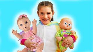 Аня учит куклу быть маленькой