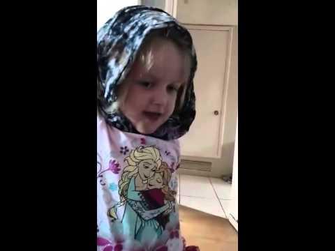 Anak Bule ini Belajar Pake Jilbab Hijab Oleh Orang Tuanya Yang Mualaf Islam