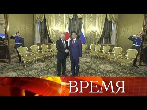Владимир Путин провел вКремле переговоры спремьер-министром Японии Синдзо Абэ.