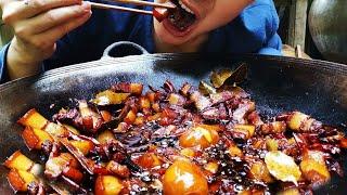 """田园生活小伙 用柴火做一大锅美食""""卤肉"""",吃着真过瘾Firewood to make a big pot of gourmet braised pork"""